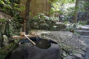 子安神社横の手水石(内宮)