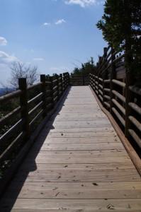 横山展望台への木製スロープ