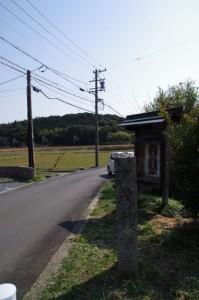 「加茂神社道」の道標(国道167号線沿い)