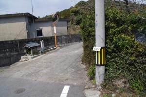 「ひこたきみち」の道標と「丸山道」の案内板