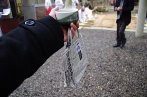 温かいお茶と手づくりの袋に入ったお菓子、鍬形祭(九鬼岩倉神社)