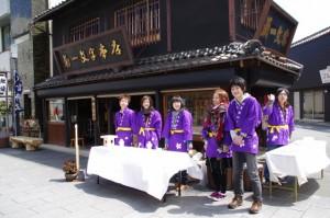 皇學館大学の学生よるお神酒のふるまい(外宮参道)