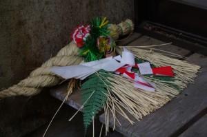 参集殿の脇に置かれたしめ縄(幡須神社)