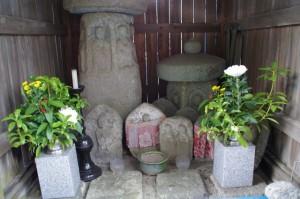 石造六地蔵(美杉町八知、仲山神社前)