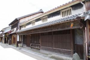 ばったり、出格子と幕板、虫籠窓(A)がある建物