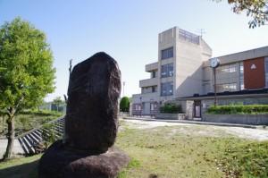 万葉歌碑と生駒市立大瀬中学校