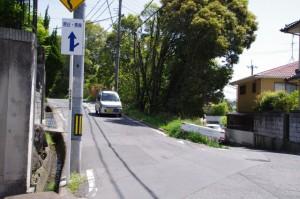 中町東坂バス停先のY字路