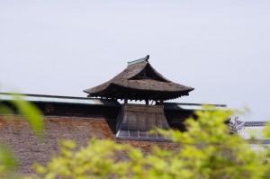 御泊所の屋根の越屋根(うだつ)(竹林院)