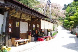 横川覚範の首塚へ向かう手前の茶屋