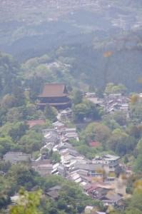 金峯山寺蔵王堂方面を望む(横川覚範の首塚から花矢倉への途中から)