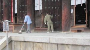 清掃中の東金堂(興福寺)