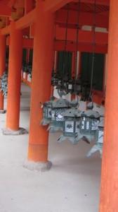 回廊と吊り灯籠(春日大社)