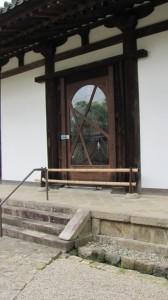本堂の東面扉(新薬師寺)