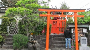 神像石(左)と鏡神社摂社 比賣神社(右)