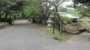 奈良市寺山霊苑前の灯籠と「東海自然歩道」の道標