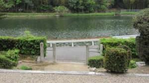 崇道天皇八島陵から望む前池