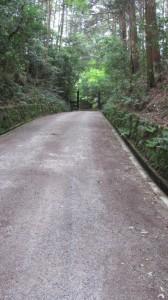 円照寺へ(前方にゲート)