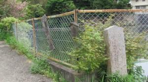 2974ポイントの池と道標(近鉄てくてく奈良-8まっぷ)
