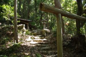 祠(近津長谷城跡(城山)への階段の途中)