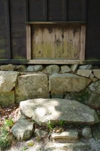 鐘楼の出入口(近長谷寺)