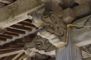 柱を組む木鼻の阿吽(金剛座寺、本堂)