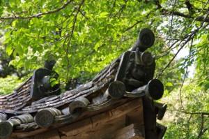 桃果文鬼瓦と鬼瓦(金剛座寺、本堂)