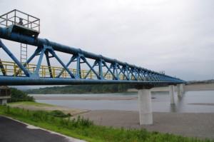 宮川右岸堤防から望む水管橋