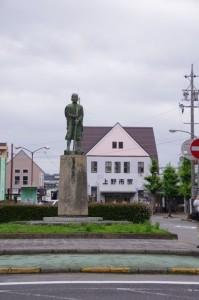 芭蕉翁銅像と上野市駅