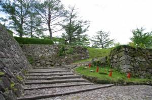 愛間亭への下り坂の途中(伊賀上野城)