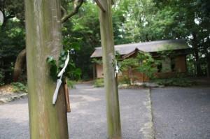 鳥居と斎舎(御塩殿神社)