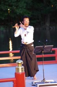 横笛の演奏(勾玉池奉納舞台)