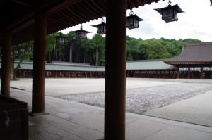 外拝殿から望む回廊(橿原神宮)