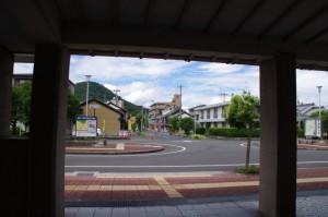 近鉄 畝傍御陵前駅、東西連絡通路入口から望む畝傍山