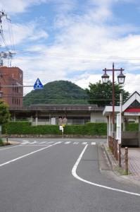 近鉄 畝傍御陵前駅の東側から望む畝傍山