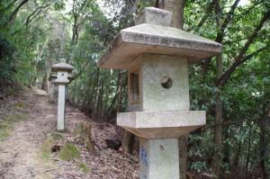耳無山山口神社への参道の常夜燈