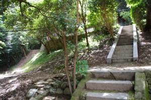耳無山山口神社からの山道(左)