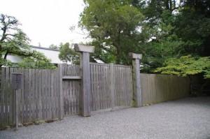 手水舎の向かいにある門(内宮)