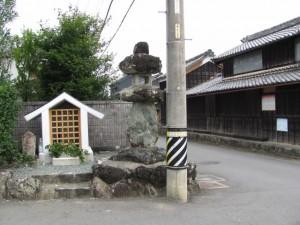 山神の祠と常夜燈(度会郡玉城町)