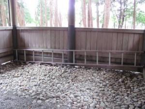 拝殿に置かれた梯子(田宮寺神社)