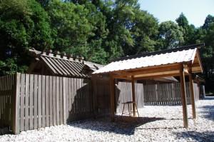 正殿と幄舎(神麻続機殿神社)