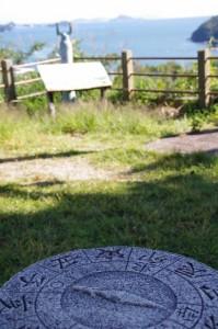 日和山の方位石と神島(鳥羽市)