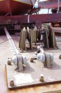 船舶引き揚げ台車と固定チェーン(神島港)