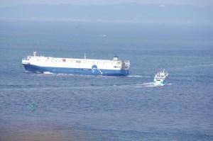 大型船を回避する伊勢湾フェリー(伊良湖水道)