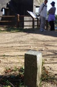 陸軍用と刻された石柱と監的哨(神島)