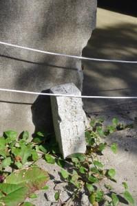 監的哨前の陸軍用地と刻された石柱(神島)