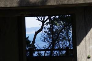 監的哨の窓から見える風景(神島)