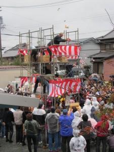 餅まき(小木町公民館前の広場)