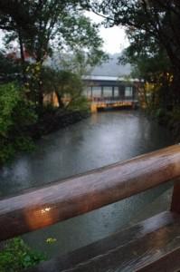 表参道の火除橋から望む「せんぐう館休憩舎」(外宮)