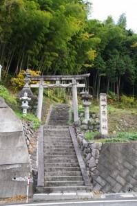 下居神社の参道、鳥居