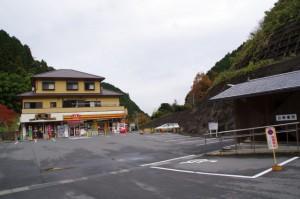 多武峯バス停付近のコンビニ、公衆トイレ